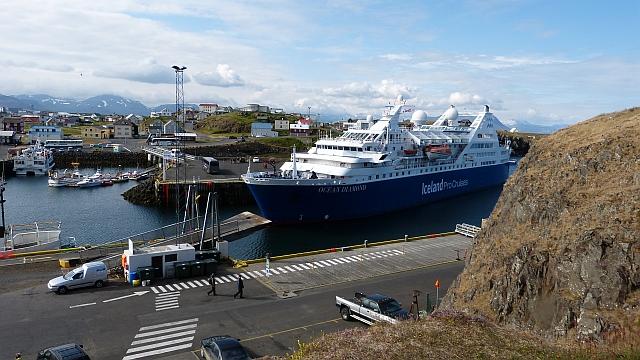 Schiff an Islands Küste
