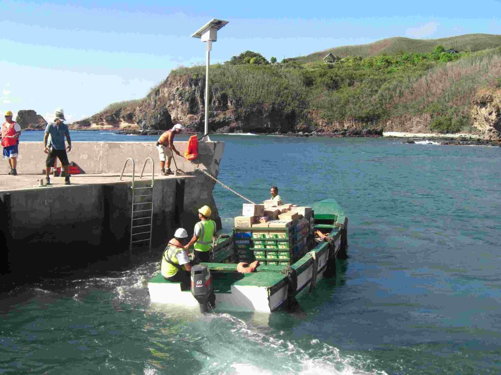 """Beiboot des Fährschiffes """"Aranui"""" in einem Hafen der Marquesas"""
