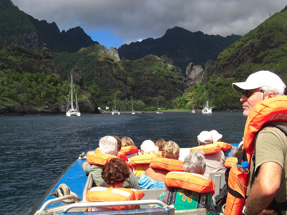 "Tenderboot der ""Aranui"" vor einer Marquesas-Insel"