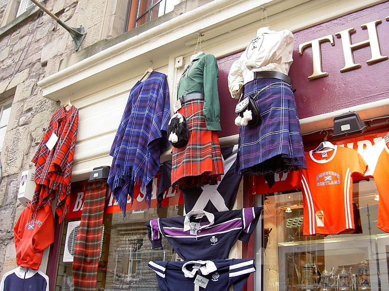 Schottischer Kilt in einem Geschäft an der Royal Mile in Edinburg