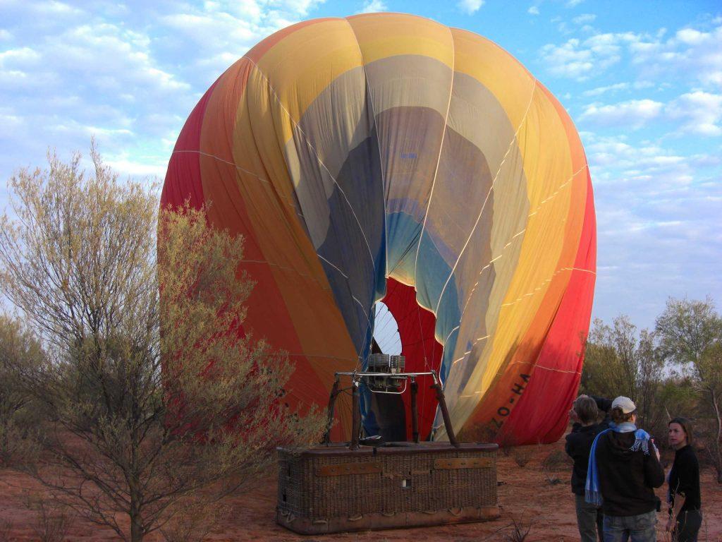 Heißluftballonfahrt über das Outback in Australien.