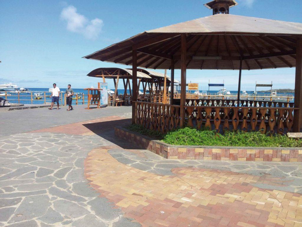 Uferpromenade in Puerto Ayora auf der Galapagos-Insel Santa Cruz, Ecuador