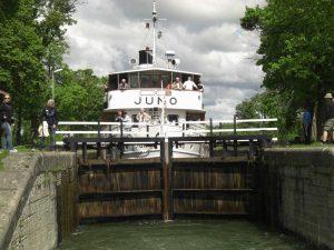 """die MS """"Juno"""" auf dem Götakanal in Schweden."""