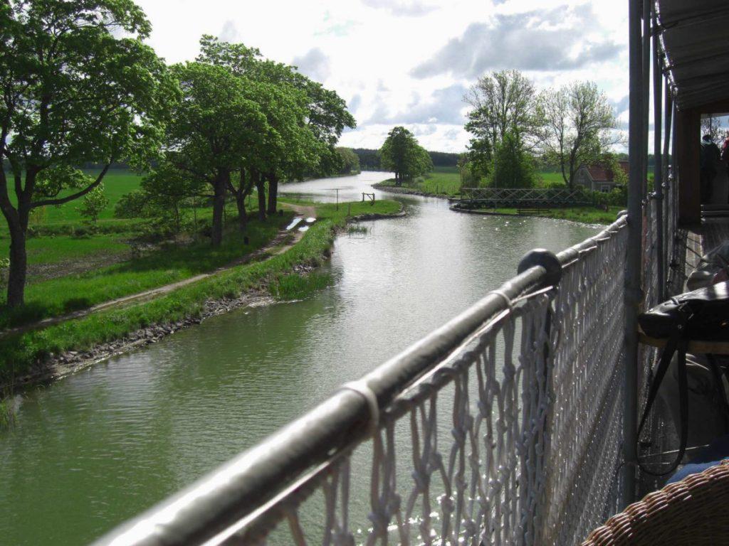 Landschaft am Götakanal in Schweden.