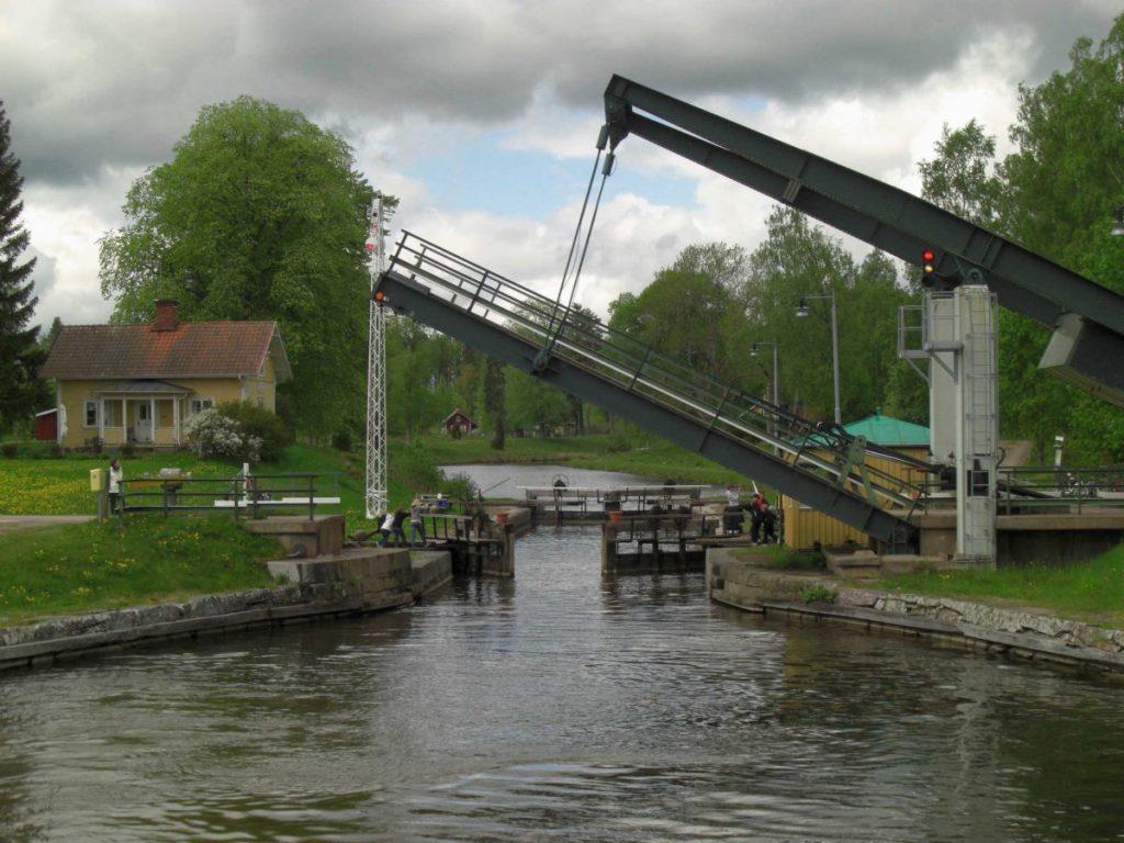 Eine Zugbrücke am Götakanal, Schweden.