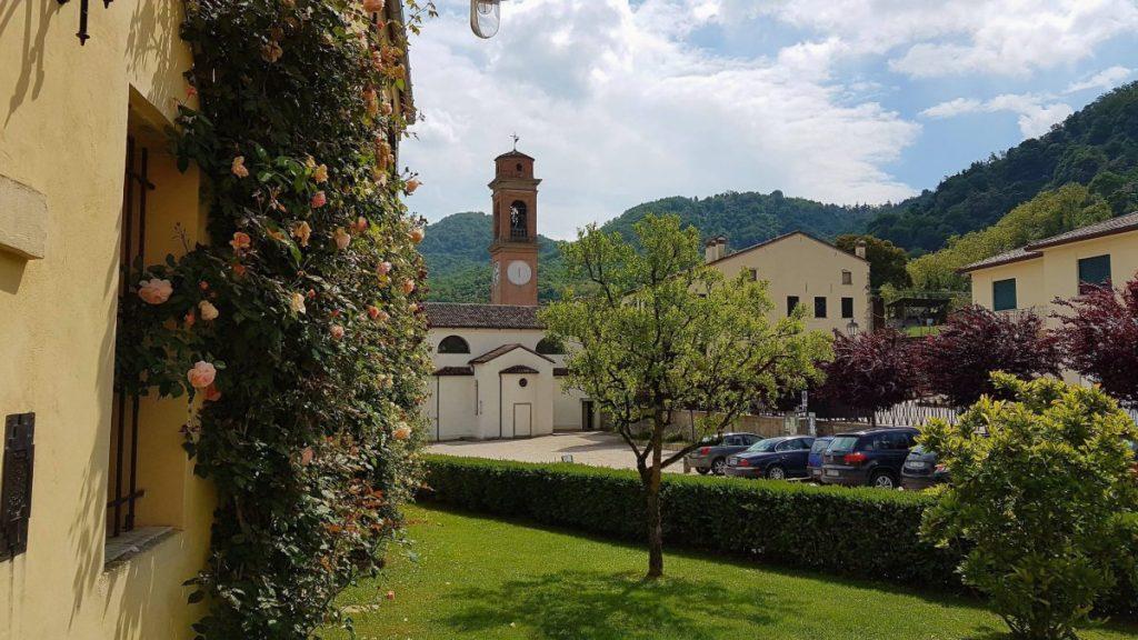 Dorf in den Eugenischen Hügeln, Italien