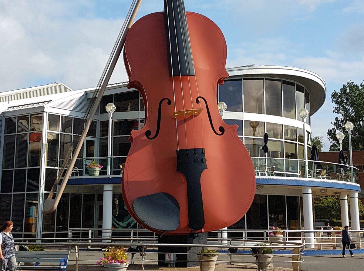 größte Fiddel der Welt vor dem Kreuzfahrtterminal in Nova Scotia, Kanada.
