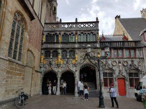 Die Heilig-Blut-Basilika in Brügge ist das älteste Gebäude am Burg.