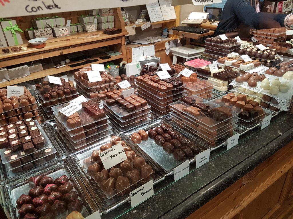 In Brügge gibt es viele Schokoladengeschäfte.