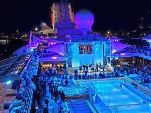 """Pooldeck der """"Mein Schiff 6"""" von TUI Cruises."""