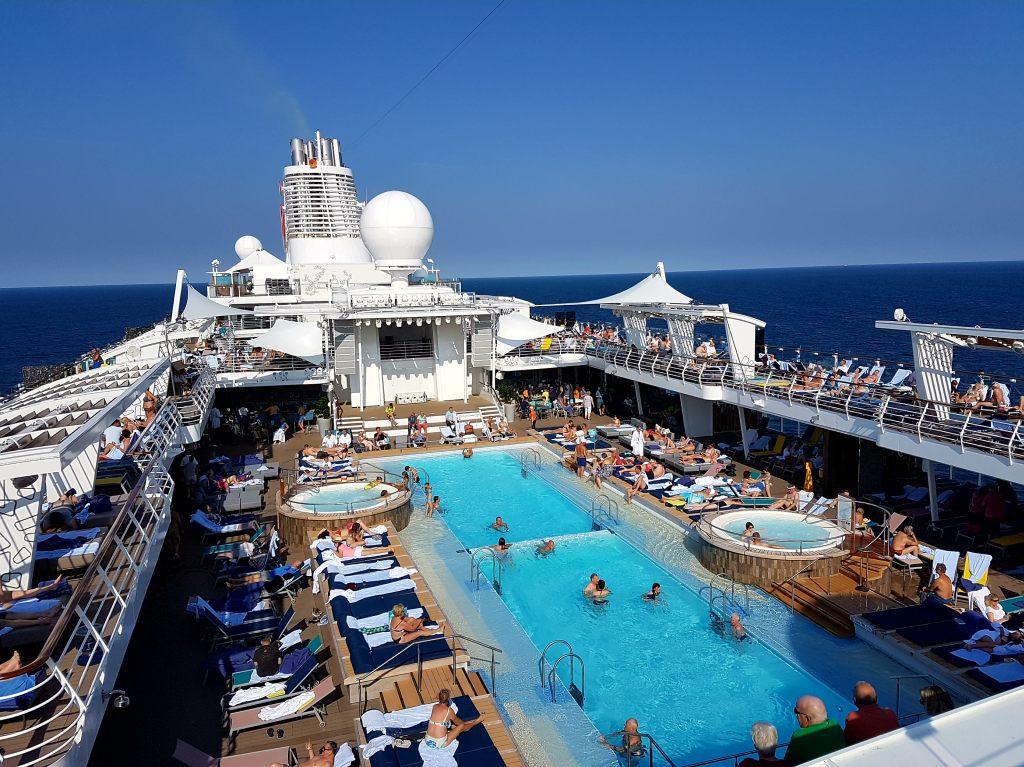 """Die """"Mein Schiff 6"""" kann mit einem 25-Meter-Pool aufwarten."""