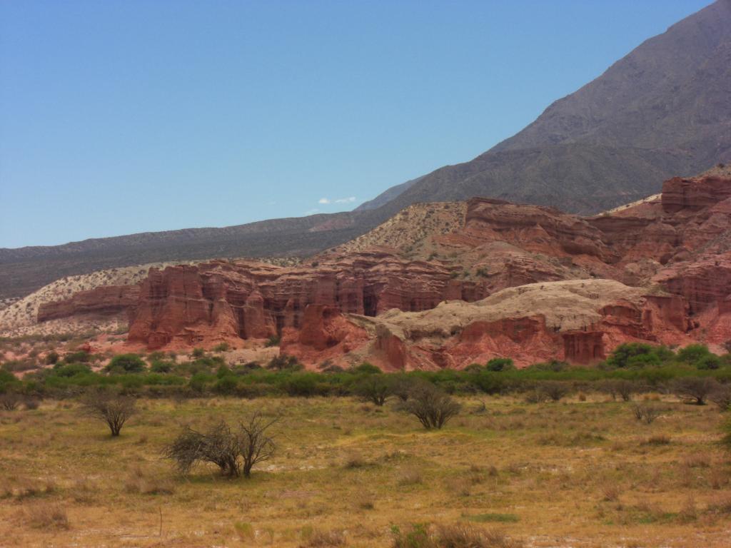 Das Bild zeigt Gesteinsformationen im Nordwesten Argentiniens.