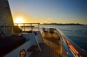 Sonnenuntergang über dem Mittelmeer mit dem Kreuzfahrtschiff SeaDream