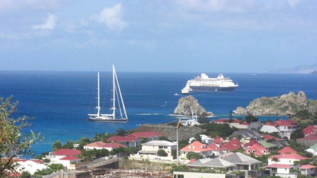 die Seadream vor der Insel St. Barths in der Karibik