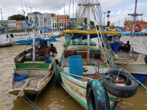 Hafen vom brasilianischen Belém mit Fischerbooten.
