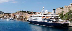 das Kreuzfahrtschiff SeaDream in einem Mittelmeer-Hafen