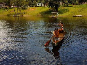 Kinder am Amazonas