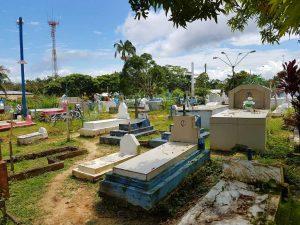 Friedhof des brasilianischen Ortes Jutai am Amazonas
