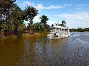 ein Seitenkanal des Amazonas mit typischem Amazonas-Schiff.