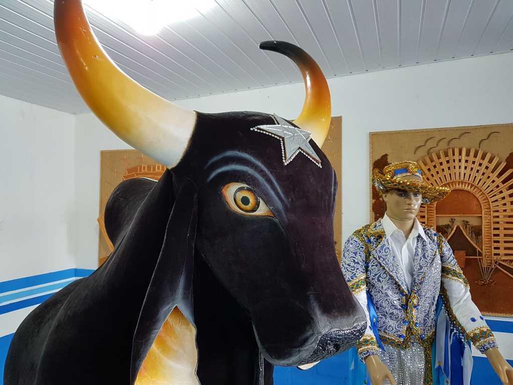 Pappmachéfigur eines Ochsen vom Festival Boi Bumba in Parintins, Brasilien