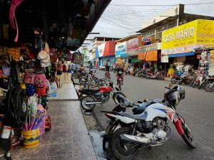 Straßenszene in Parintins, Brasilien