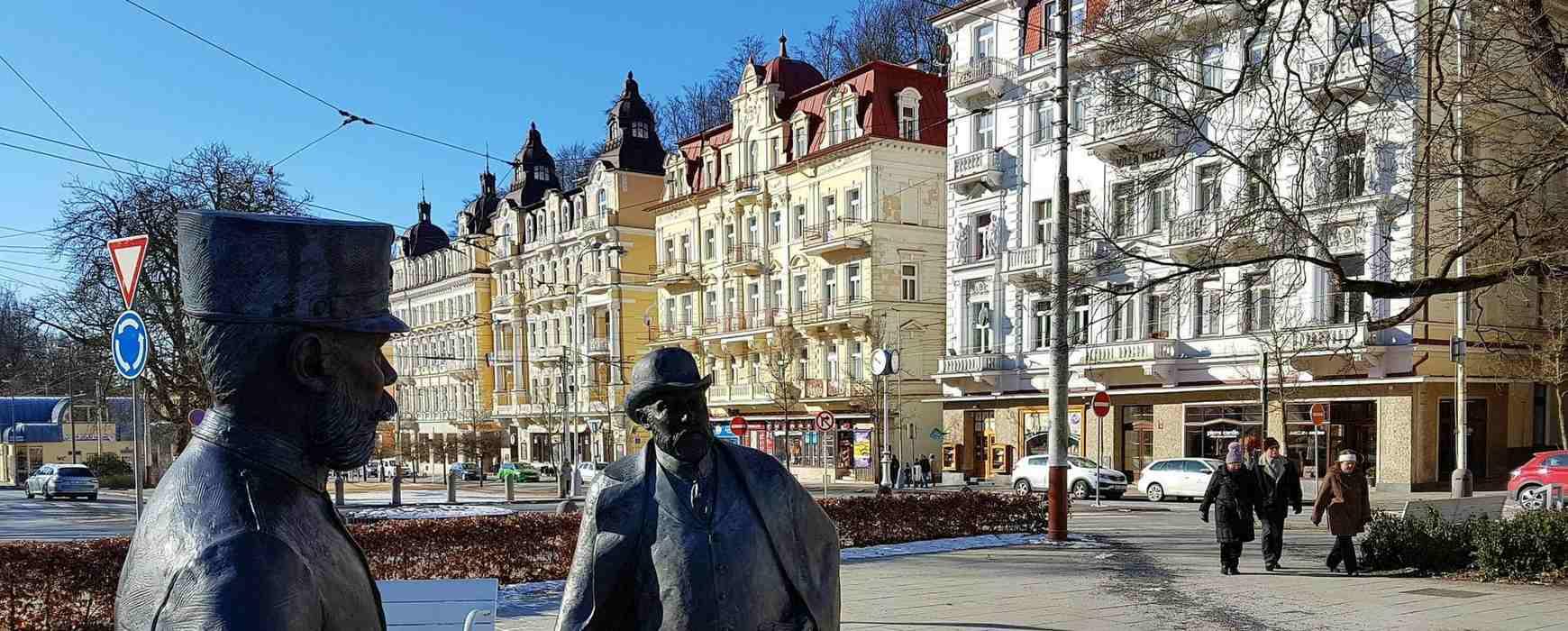 Statue von kaiser Franz Josef und König Edward VII im Kurpark von Marienbad