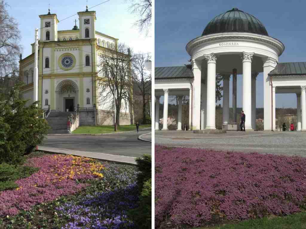 """die Kirche """"Mariä Himmelfahrt"""" und die Kolonnade der Karolinenquelle in Marienbad, Tschechien."""