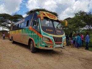"""Ein tansanischer Bus auf dem Weg zu den Naturjuwelen des """"Northern Circuit"""""""