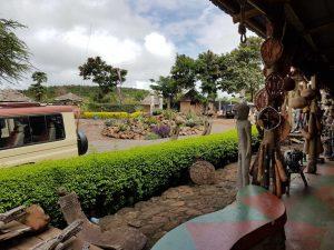 """Ein Geschäft mit Kunsthandwerk an der Straße zu Tansanias Naturjuwelen am Northern Circuit"""""""