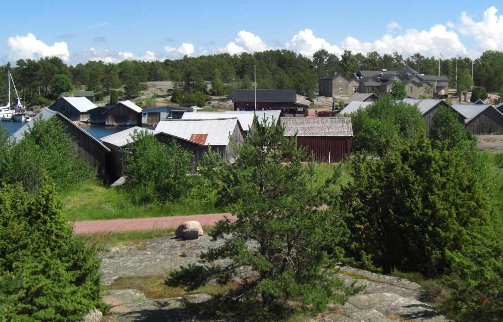 Eine kleine Siedlung auf Åland, dem Schärenparades der Ostsee.