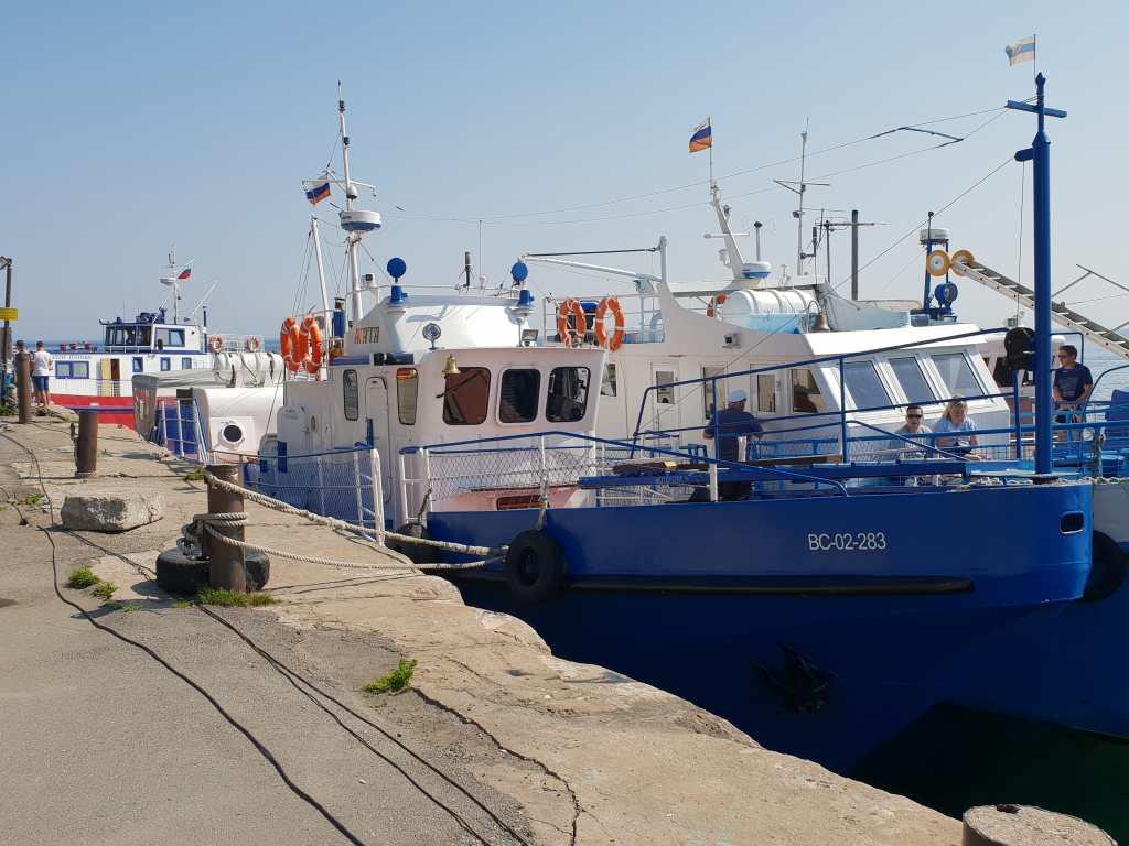 Schiff im Hafen von Listwjanka am Baikalsee in Sibirien.