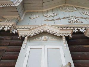 Filigrane Verzierung an einem Haus im sibirischen Irkutsk unweit des Baikalsees.