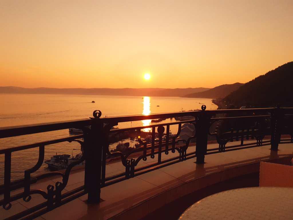 Sonnenuntergang über dem Baikalsee, aufgenommen in Listwjanka.