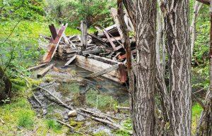 Reste einer Förderanlage für Gold in der Taiga, unweit des Ortes Listwjanka am Baikalsee in Sibirien.