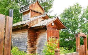 eine Kirche in einem Dorf am Baikalsee in Sibirien