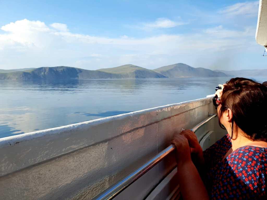 Fahrt über den Baikalsee in Sibirien, unweit des Fischerdorfes Listwjnaka