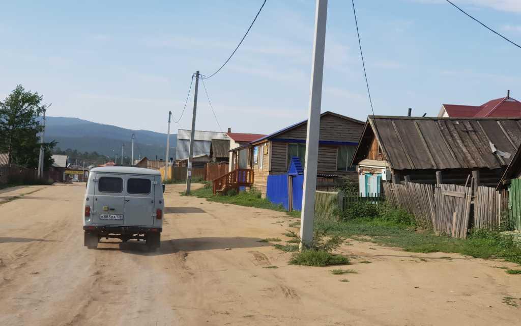 Ortsstraße in Khuzhir, der Hauptstadt der Insel Olchon im sibirischen Baikalsee, Russland.