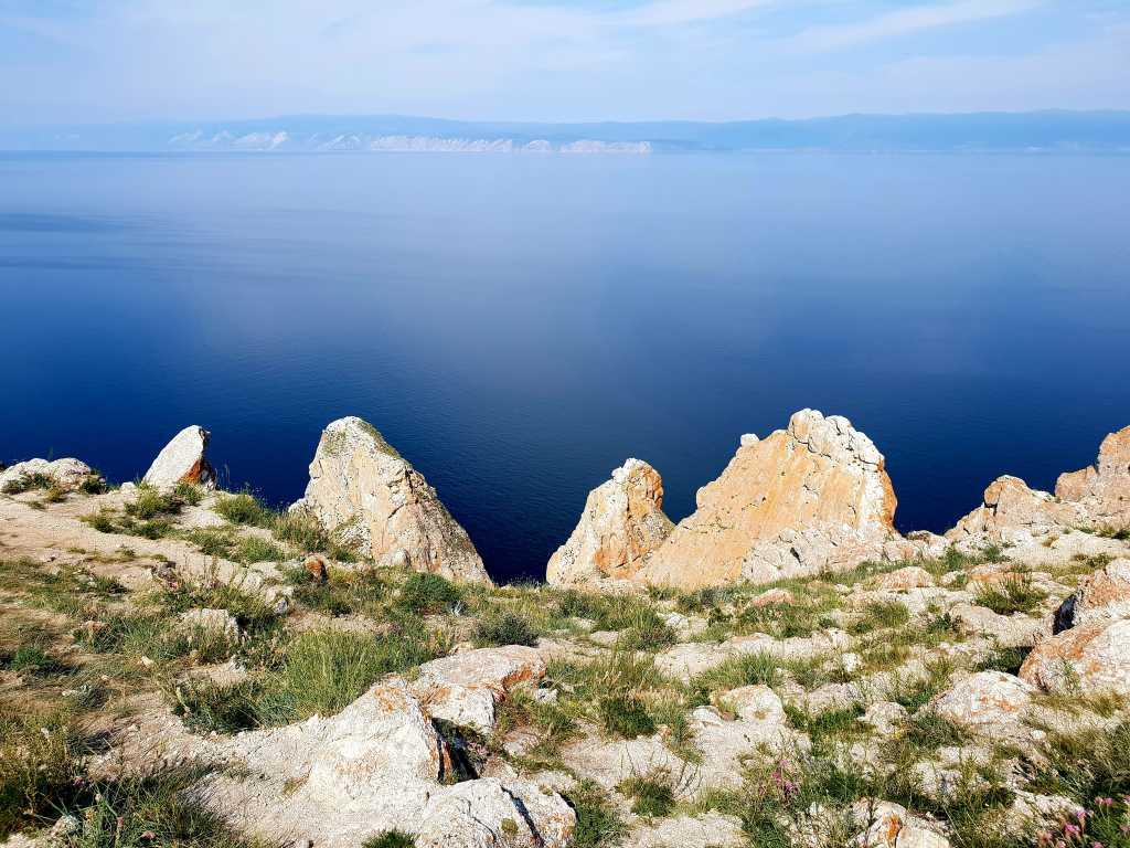 Küste auf der Insel Olchon im sibirischen Baikalsee, Russland.