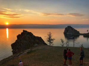 Sonnenuntergang am Schamanenfelsen bei Khuzhir. auf der Insel Olchon im Baikalsee, Russland