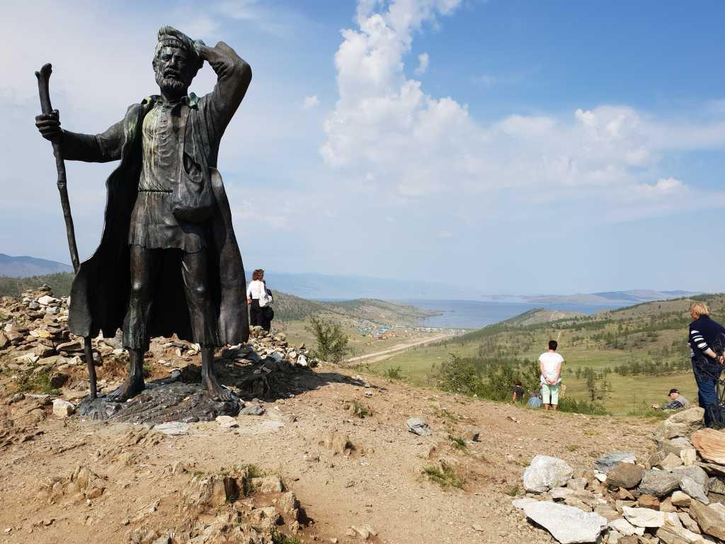 Statue am Fähranleger zur Insel Olchon im sibirischen Baikalsee, Russland