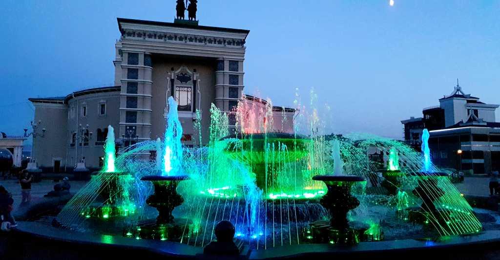 Springbrunnen vor dem Opernhaus in Ulan Ude, Russland