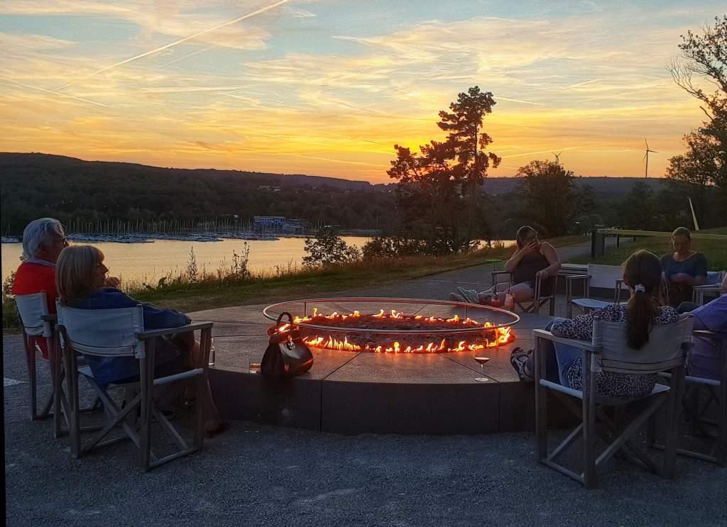 Terrasse des Hotels Seezeitlodge am Bostalsee im Saarland