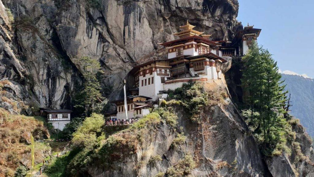 das Kloster Tigernest oberhalb der Stadt Paro in Butanl