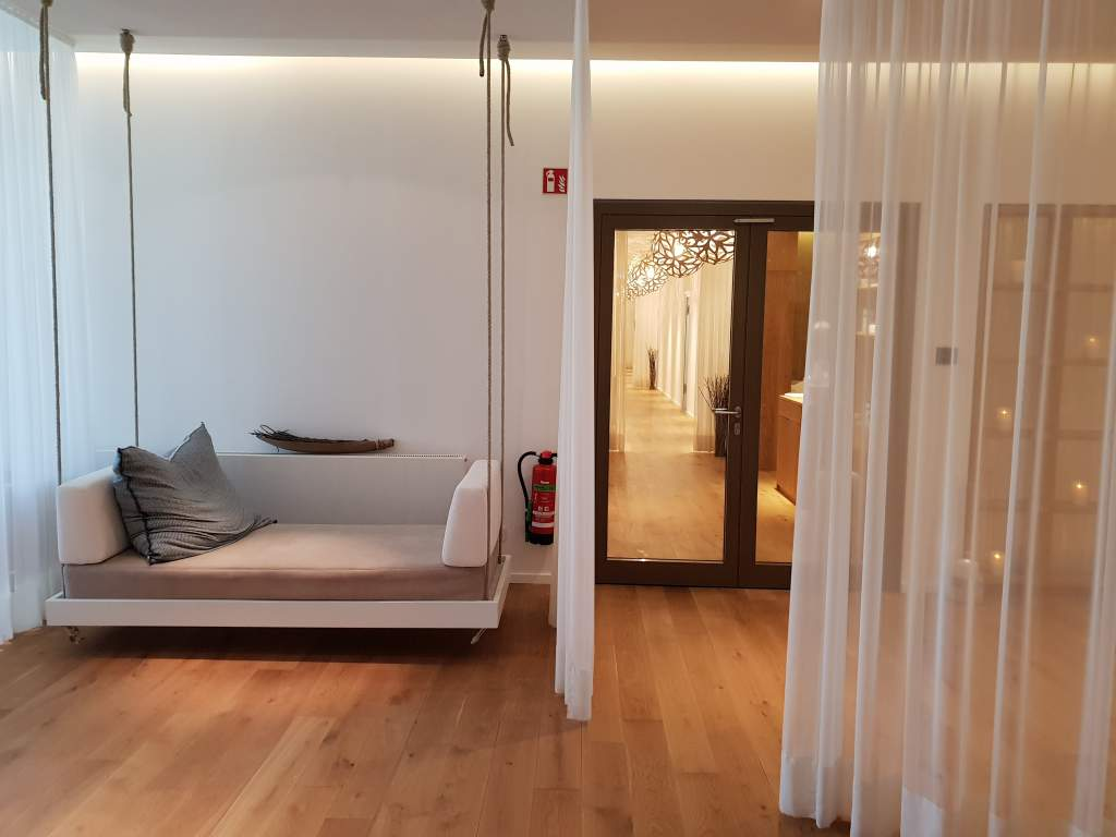 Saunalandschaft im Hotel Seezeitlodge am Bostalsee im Saarland.
