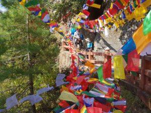 Gebetsbänder nahe des Tigernest-Klosters oberhalb des Paro-Tales in Bhutan
