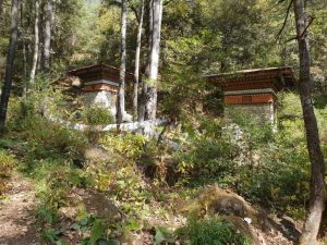 Gebetsmühlen unweit des Tigernest-Klosters oberhalb des Part-Tales in Bhutan.