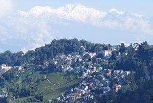 Darjeeling mit dem Kangchendzönga im Hintergrund.