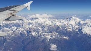 Blick aus dem Flugezug auf Mount Everest und Lhotse
