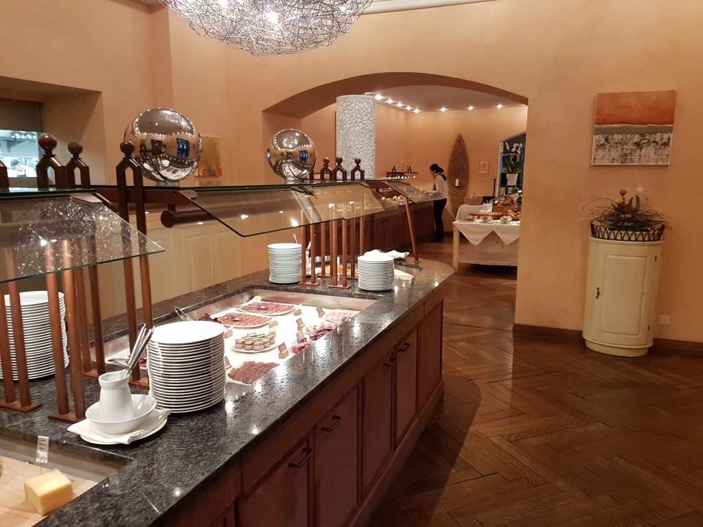 Frühstücksbuffet im Hotel Lenkerhof in Lenk im Simmental. Schweiz