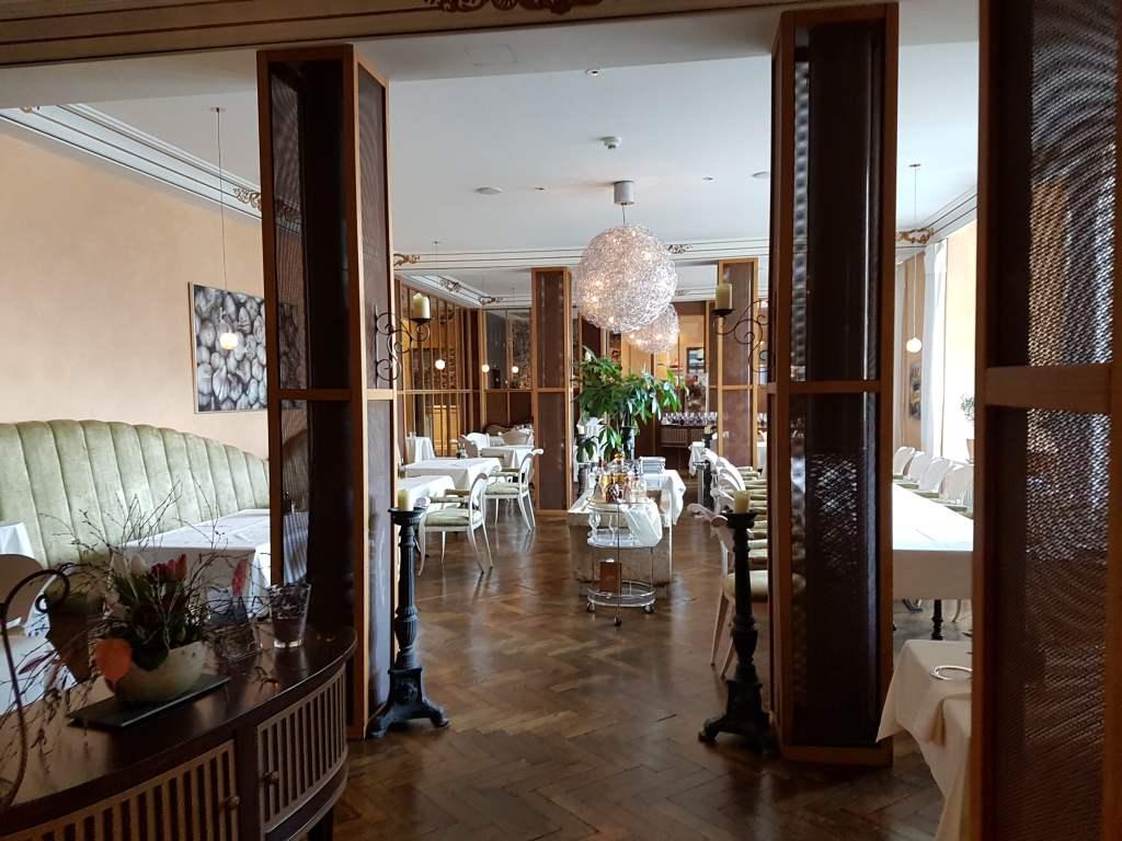 der Speisesaal des Hotels Lenkerhof in lenk im Simmental, Schweiz.